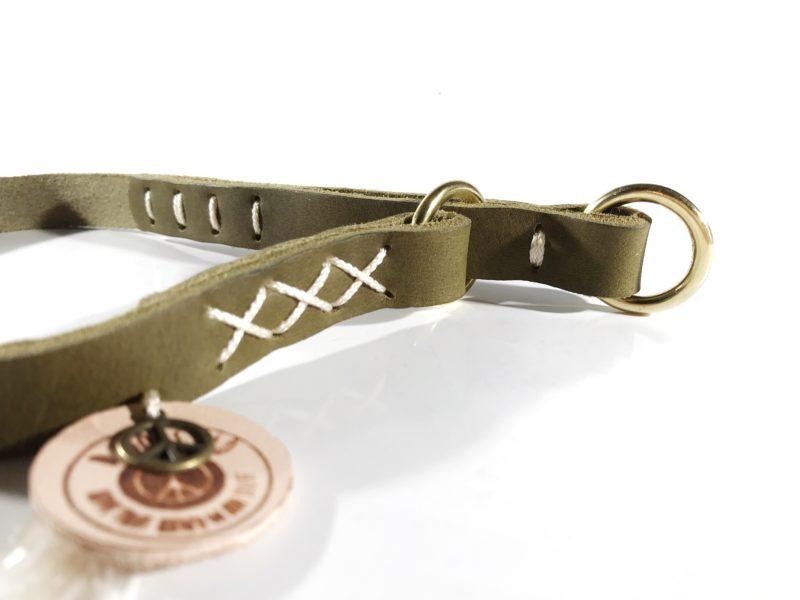 Zugstop Halsband aus weichem Fettleder in oliv mit klassischen Cremefarbenen Akzenten