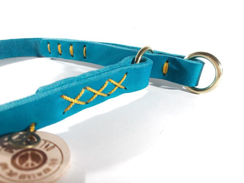 Schlichtes Zugstophalsband aus weichem fettleder mit goldenen akzenten