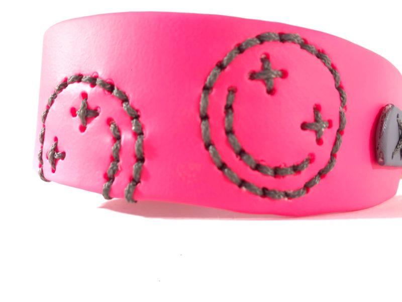 individuelles biothane halsband mit smiley neon pink